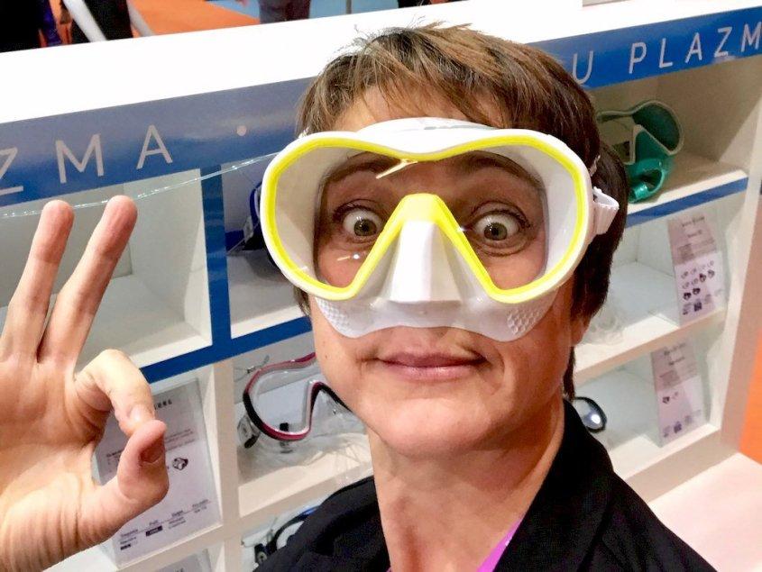 Hélène essayant un masque de plongée blanc et jaune