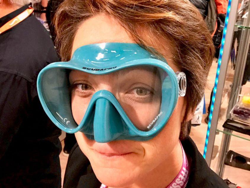 Hélène essayant un masque de plongée turquoise