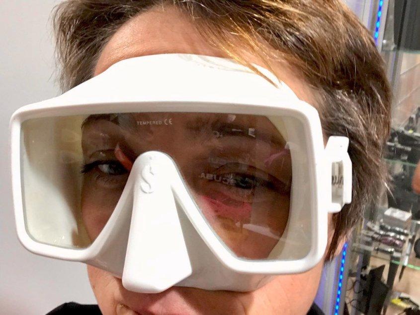 Hélène essayant un masque de plongée blanc
