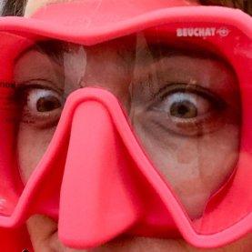 Hélène essayant un masque de plongée rose