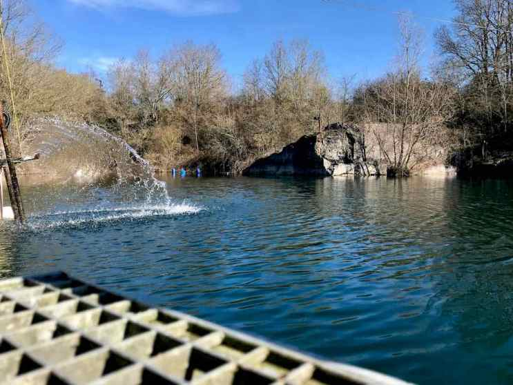 Une fontaine pour oxygéner le plan d'eau.