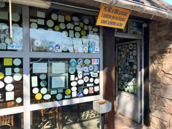 La vitre du club house est recouverte d'autocollants des clubs venus plonger à la Croisette.