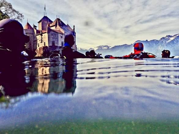 Plongeurs se préparant à s'immerger devant le chateau de Chillon