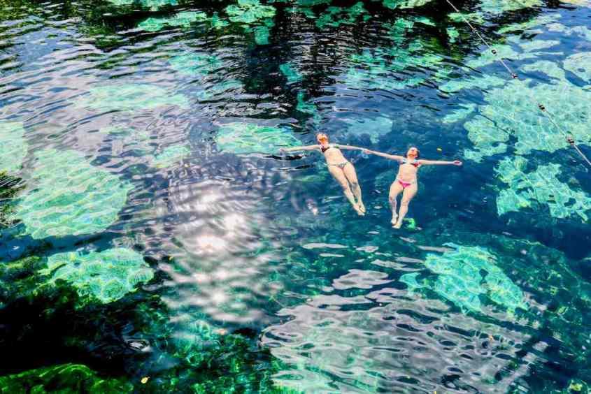Le Lifestyle c'est aussi prendre le temps, le temps de vivre comme ces deux femmes dans une cénote au Mexique