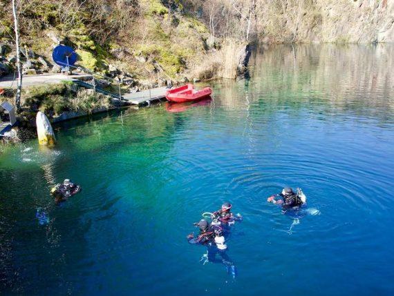 Quatre plongeurs prêts à s'immerger