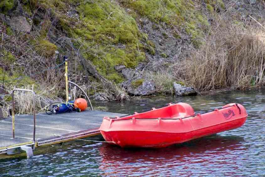 Le bateau de sécurité sur le plan d'eau de la carrière de Vodelée