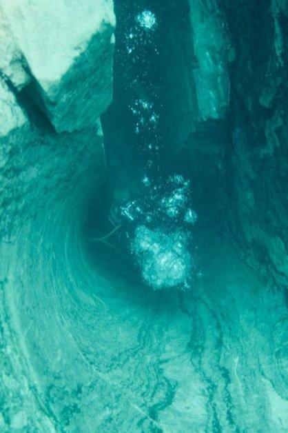 Un plongeur au fond d'une colonne de marbre