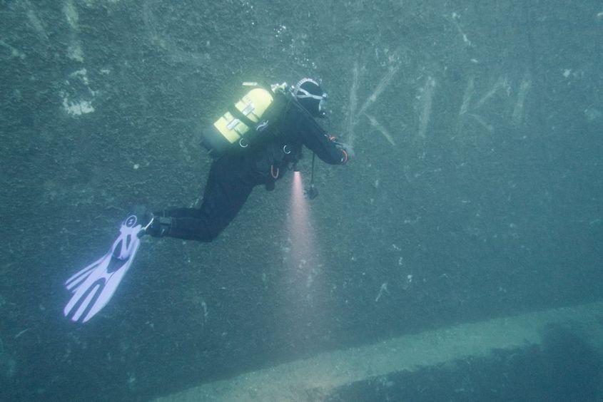 Un plongeur passe près d'une inscription dans l'eau