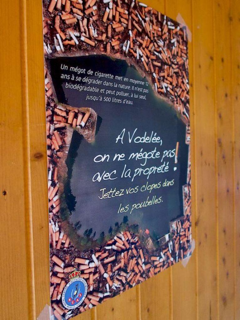Une affiche incitant les fumeurs à ne pas jeter leurs mégots