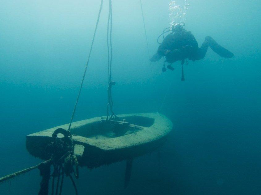 Un voilier suspendu dans les eaux de la carrière de Floreffe