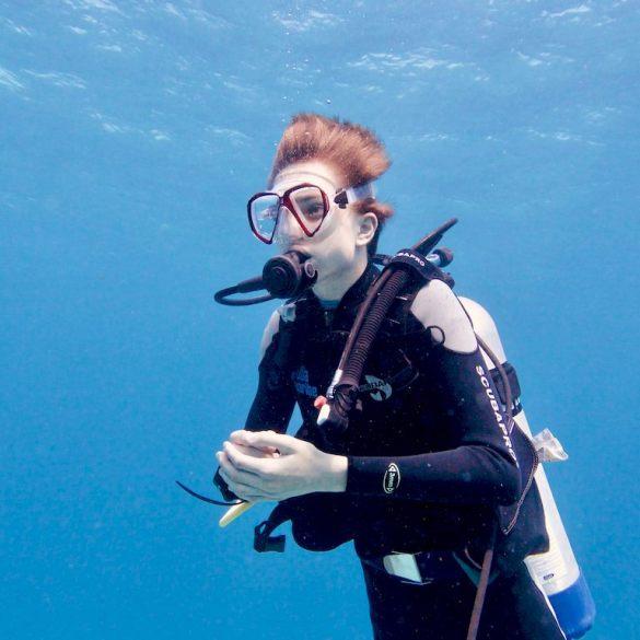 Un plongeur ressent de l'angoisse en plongée