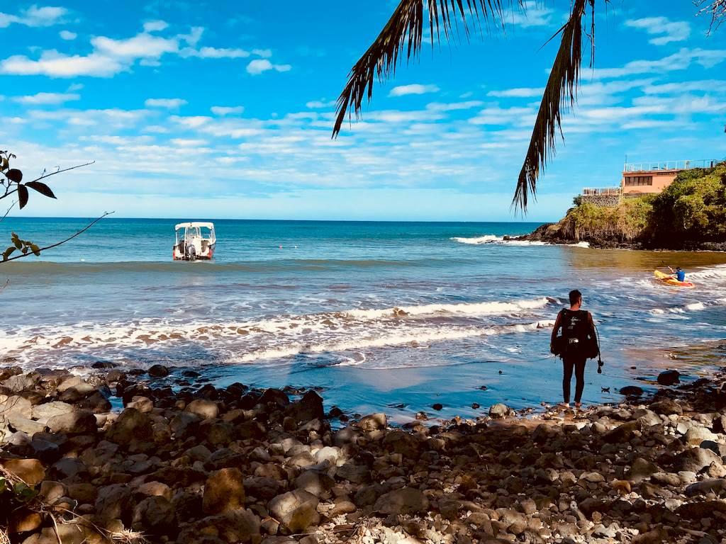 Un plongeur rejoint un bateau qui le mènera plonger à Mayotte dans la passe en S