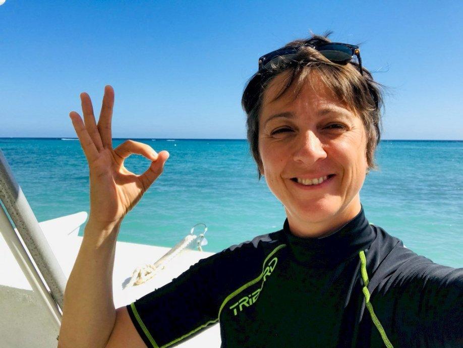 Choisir un club de plongée peut se faire sur différents critères mais doit déboucher sur le plaisir des plongeurs comme pour Hélène sur un bateau.