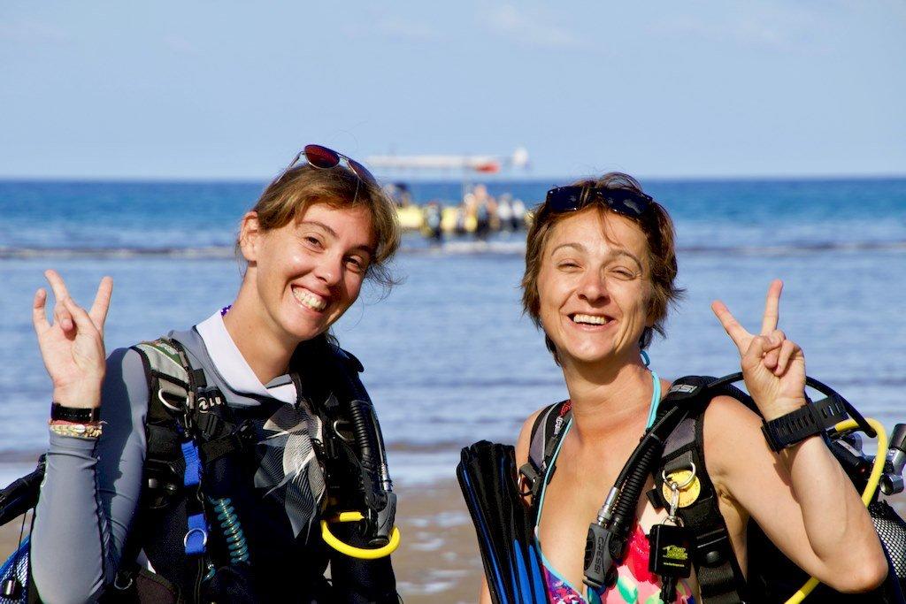 Hélène et Moray Eel s'apprêtent à plonger au sud de Mayotte