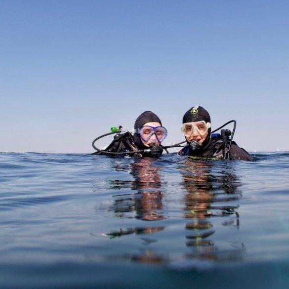Deux jeunes en plongée en Zélande