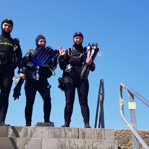 Les organismes de certification donnent des règles pour permettre aux plongeurs d'évoluer dans leur formation comme ces trois plongeurs