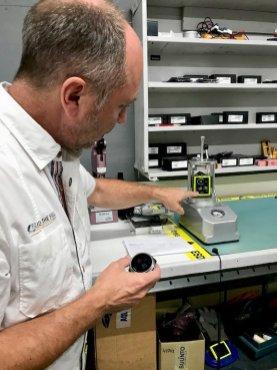 Patrick me montre un ordinateur occupé à être testé