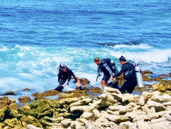 Certains plongeurs prennent des risque pour pouvoir aller plonger comme ces trois plongeurs sur les rochers