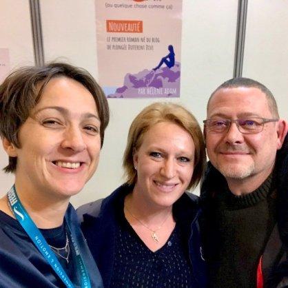 Hélène au Salon de la Plongée 2020 avec un couple d'internautes