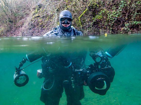 Laurent Miroult se prépare avec tout son matériel photo à s'immerger