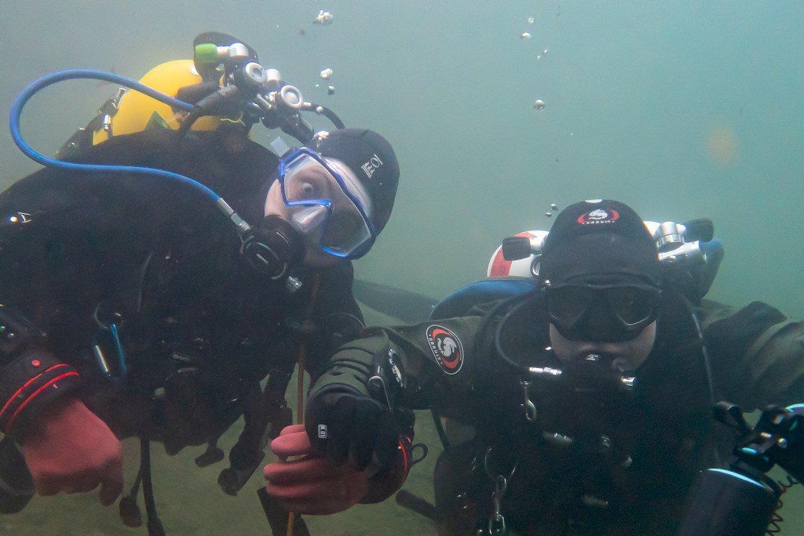 Hélène Adam et Laurent Miroult prennent la pose sous l'eau.
