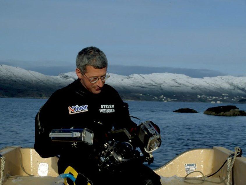 Steven Weinberg en combinaison de plongée sur un bateau en Norvège.
