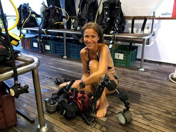 Stéphanie Floirat-Lohyer prépare son matériel sur un bateau de croisière.