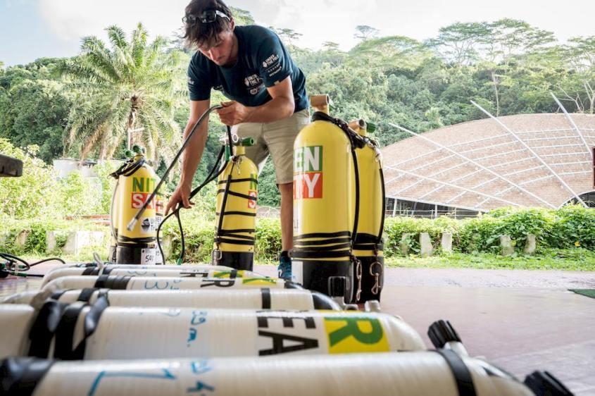 Nicolas Paulme prépare son matériel pour une des plongées de Under the pole.