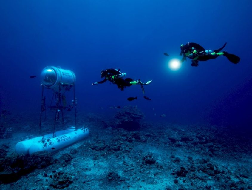 Deux plongeurs près de la capsule de la mission Under The pole