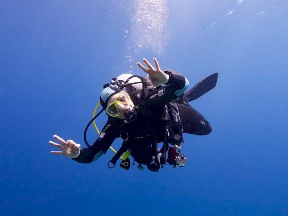 Pas facile de savoir comment débuter la plongée lorsque l'on démarre comme ce plongeur dans les eaux chaudes d'Egypte.