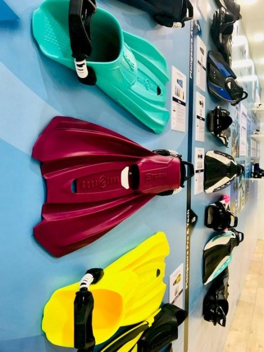 Des palmes colorées aqualung au Salon de la plongée de Paris
