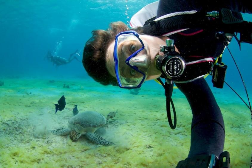 Hélène Adam profite de plonger au Salt Pier à Bonaire pour faire un selfie avec une tortue.