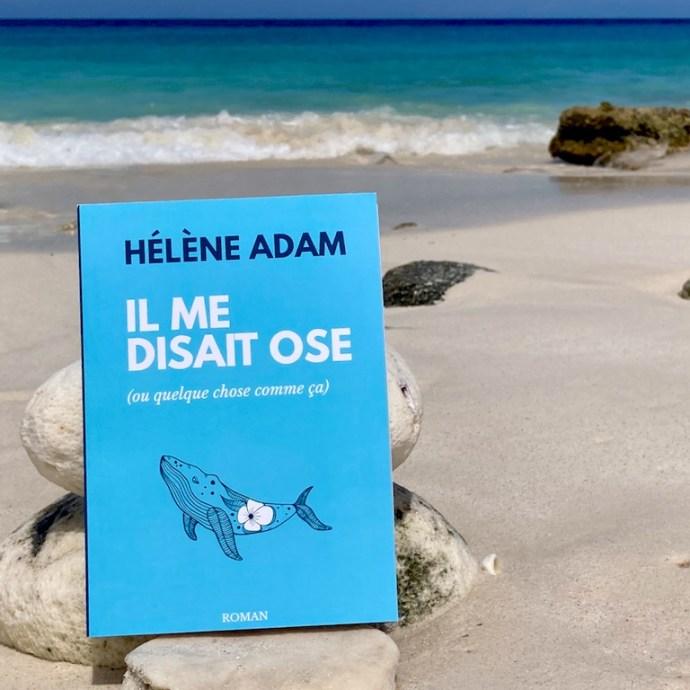 """Le nouveau roman """"Il me disait ose (ou quelque chose comme ça)"""" de Hélène Adam avec sa jolie couverture bleu près de la mer."""