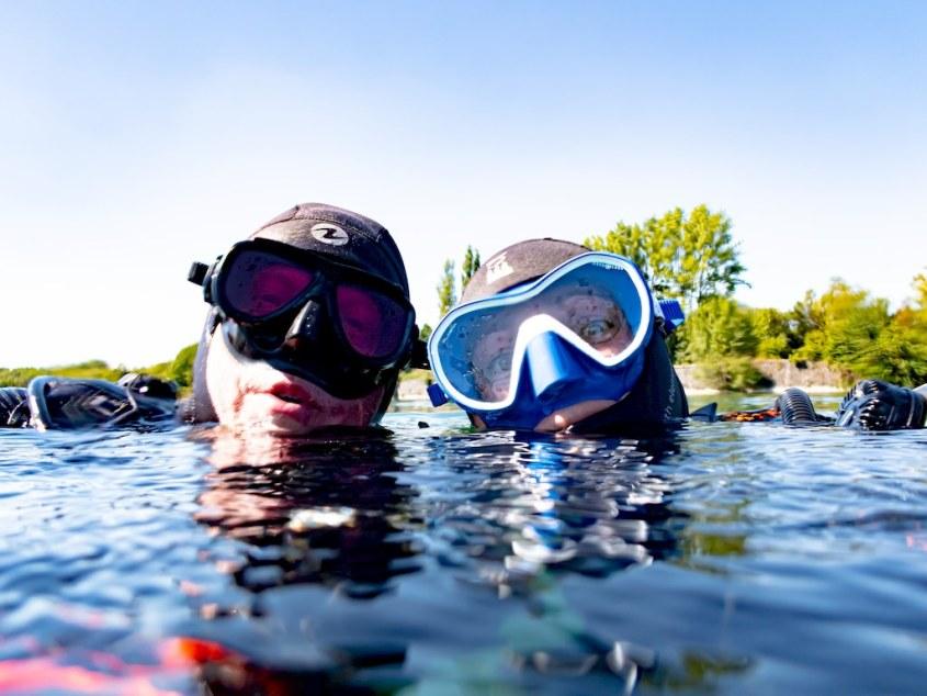 John et Hélène dans l'eau prêts à plonger dans la carrière de Scoufflény.