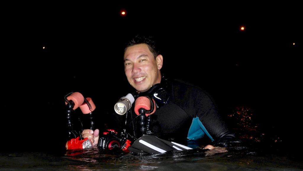 Miguel Ramirez de retour d'une sortie snorkeling de nuit dans le lagon.