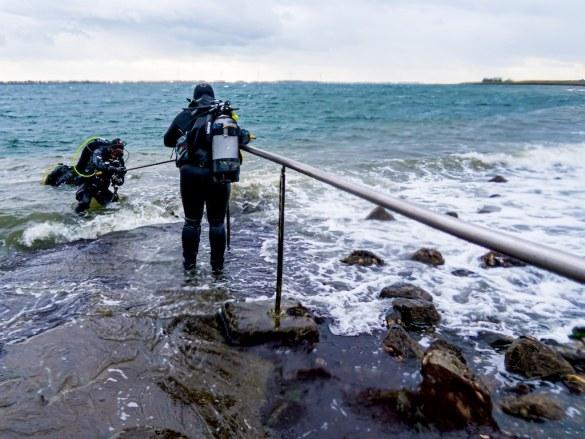 La mise à l'eau compliquée lors d'une plongée en Zélande au Zoetersbout.