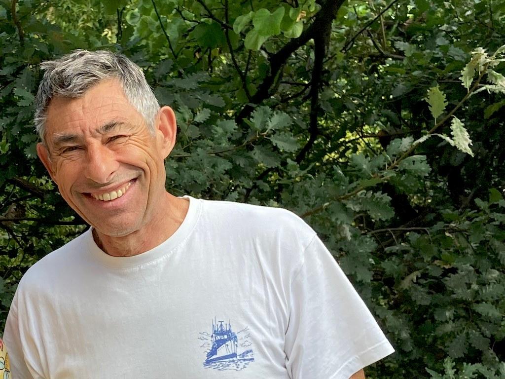 François Sarano dans son jardin.