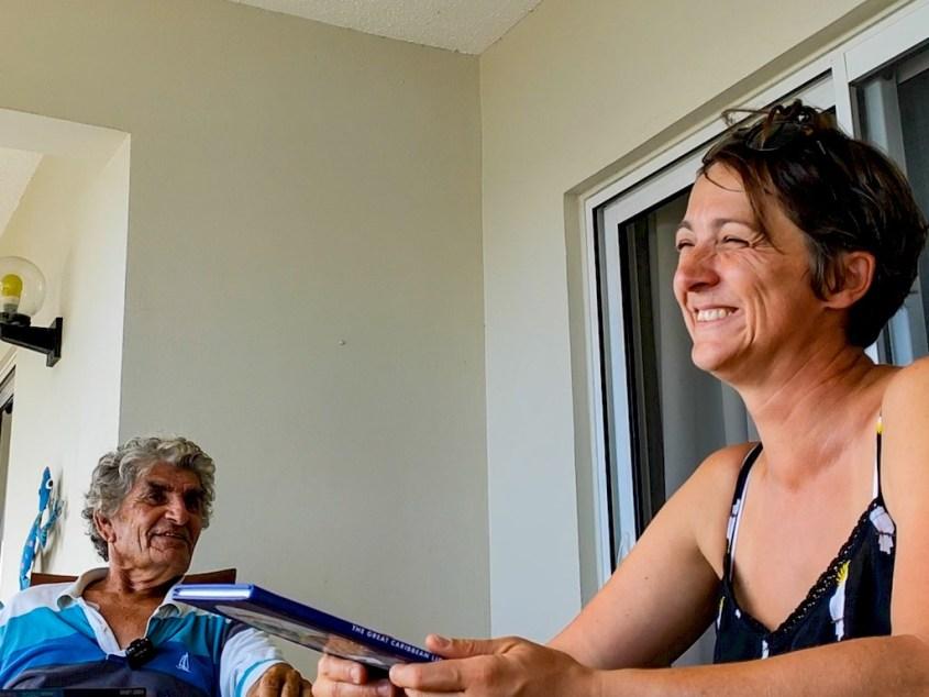 Dominique Sérafini et Hélène Adam rient sur une terrasse à Bonaire.