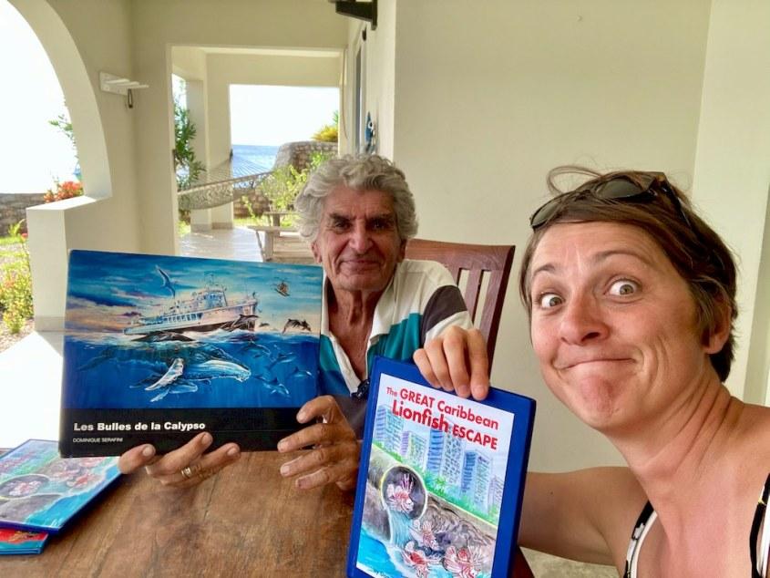 """Dominique et Hélène montrent les livres """"les bulles de la Calypso"""" et """"Lion Fish Escape"""""""