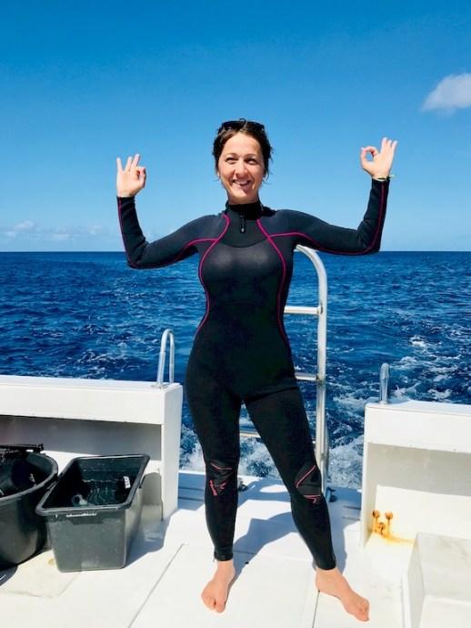 Hélène dans sa combinaison sur un bateau à Bonaire