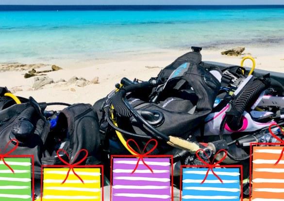 Du matériel de plongée devant la mer à Bonaire et des images de cadeaux.