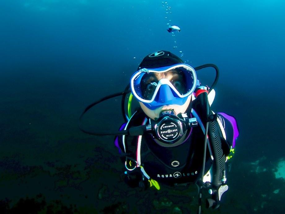 Hélène Adam plonge avec un équipement Aqua Lung dans les eaux de Marseille.