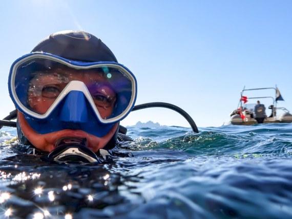 Réaliser une plongée en mer comme Hélène ici dans les eaux de Marseille permet de retrouver du bien-être.