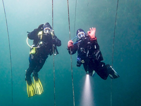 Prendre soin de son état d'esprit permet de rendre les plongées plus agréables comme pour ces deux plongeurs dans une carrière belge à Vodecée.