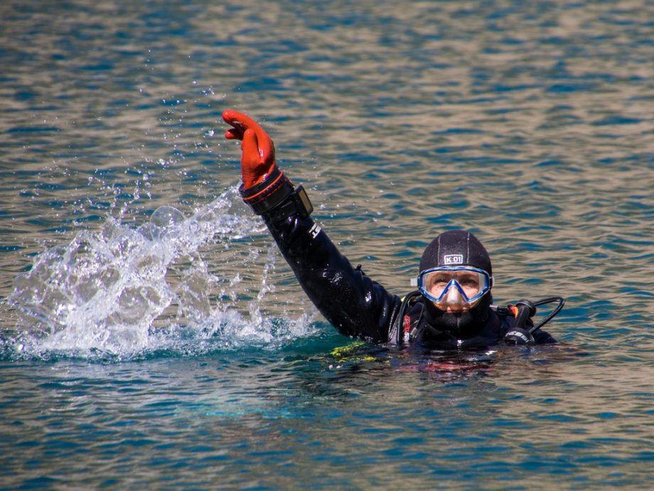"""Hélène fait le se signe """"au secours"""" en surface en plongée."""