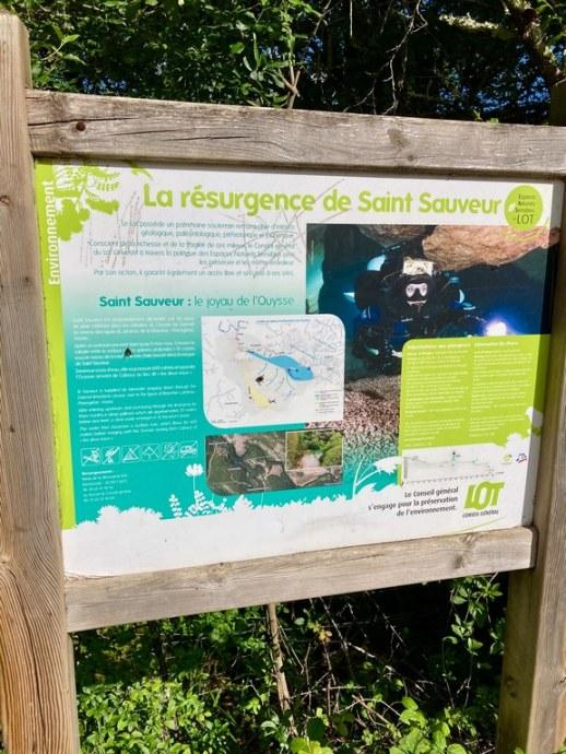 Panneau d'indication de la résurgence de Saint Sauveur.