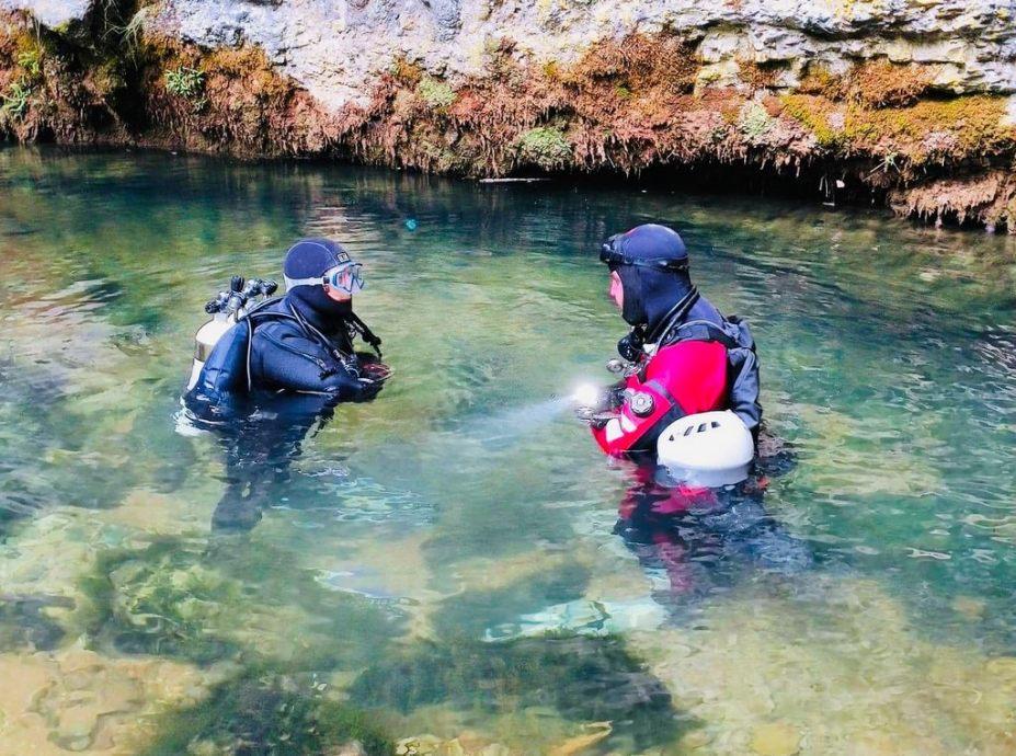 Hélène Adam et Laurent Miroult s'apprêtent à s'immerger dans l'oeil de la Doue.