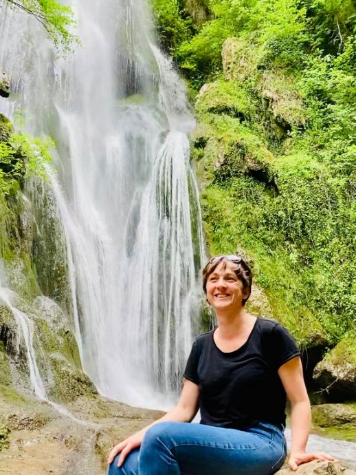 Hélène Adam devant la cascade d'Autoire.