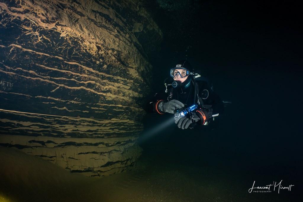 Hélène Adam en plongée souterraine dans la résurgence de l'oeil de la Doue.