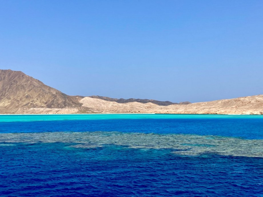 Le lagon de l'île de Zabargad.